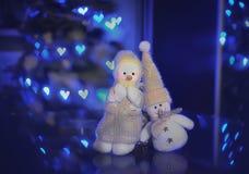 Stuk speelgoed van de sneeuwman in liefde met lichten Stock Foto