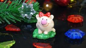 Stuk speelgoed varken en de winterdecor, gelukwensen op de vakantie Symbool van het jaar van het varken op de achtergrond van Ker stock afbeelding