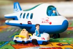 Stuk speelgoed vliegtuig en vrachtwagen Royalty-vrije Stock Afbeeldingen
