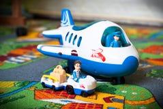 Stuk speelgoed vliegtuig en vrachtwagen Royalty-vrije Stock Foto