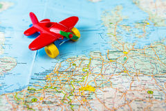 Stuk speelgoed vliegtuig op de kaart is geland die Stock Foto
