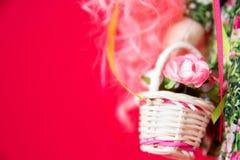 Stuk speelgoed voddenpop op rode achtergrond Kunst zachte nadruk royalty-vrije stock foto's