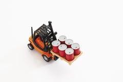 Stuk speelgoed vorkheftruck dragende vaten op witte achtergrond, opgeheven mening Stock Foto