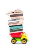 Stuk speelgoed vrachtwagen met een stapel boeken Royalty-vrije Stock Foto's