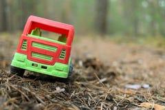 Stuk speelgoed vrachtwagen op een schaduwrijke bosweg Royalty-vrije Stock Foto