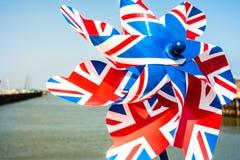 Stuk speelgoed vuurrad met Union Jack op het op een zonnige dag wordt gedrukt die Stock Foto's