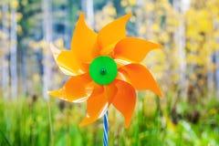 Stuk speelgoed windmolen in het bos Stock Afbeeldingen