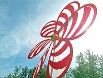 Stuk speelgoed windmolen op een heldere dag Stock Afbeeldingen