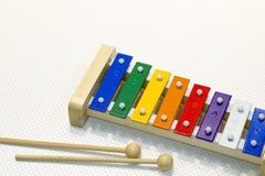 Stuk speelgoed xylofoon op kleurrijk die wit wordt geïsoleerd - Royalty-vrije Stock Afbeelding