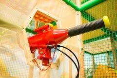 Stuk speelgoed zandstraler in het vermaakcentrum van kinderen royalty-vrije stock afbeeldingen