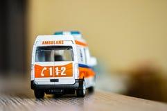 Stuk speelgoed ziekenwagen op lijst Royalty-vrije Stock Afbeeldingen