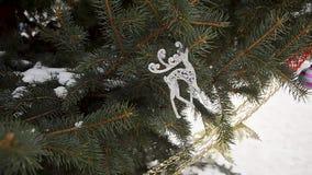 Stuk speelgoed zilveren herten op tak van sparren Kerstmis stock videobeelden