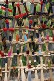 Stuk speelgoed zwaarden voor verkoop bij de oude spelentribune stock foto's
