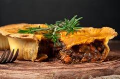 Stuk van Australische vleespastei met rozemarijn Stock Foto's