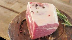 Stuk van bevroren rundvlees stock footage