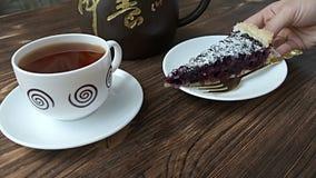 Stuk van bosbessenpastei voor thee wordt gediend die stock videobeelden