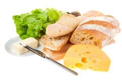 Stuk van boter, brood en een mes stock foto