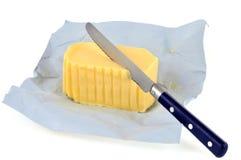 Stuk van boter in een open pakket stock afbeelding