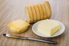 Stuk van brood, boter, sandwich met boter en kaas, mes Royalty-vrije Stock Afbeeldingen