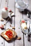 Stuk van brood met boter, jam en yoghurt Royalty-vrije Stock Foto's