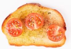 Stuk van brood met olijfolie en tomaten royalty-vrije stock afbeelding