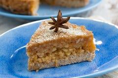 Stuk van cake met appelgelei op een plaat Stock Foto