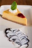 Stuk van cake met citroen souce royalty-vrije stock afbeeldingen
