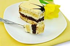 Cake met gele tulp op een servet Royalty-vrije Stock Foto