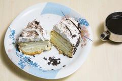 Stuk van cake met koffie stock foto's