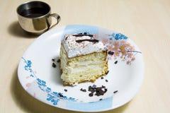 Stuk van cake met koffie royalty-vrije stock foto
