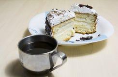 Stuk van cake met koffie royalty-vrije stock fotografie
