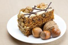 Stuk van cake met noten Stock Foto
