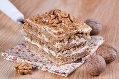 Stuk van cake met noten Stock Foto's