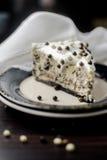 Stuk van cake met room en chocoladeballen stock afbeelding