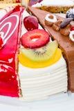 Stuk van cake met vers fruit Royalty-vrije Stock Afbeeldingen