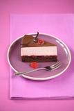 Stuk van Chocolade Cherry Mousse Cake, op een purpere plaat Stock Foto's