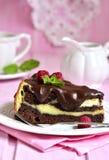 Stuk van chocoladebrownie met mascarpone Stock Foto's