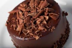 Stuk van chocoladecake met suikerglazuur Stock Afbeeldingen