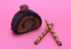 Stuk van chocoladecake op magenta achtergrond royalty-vrije stock foto