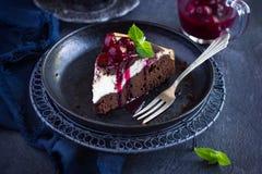 Stuk van de cake van de kaastaartenbrownie met kersensaus Stock Afbeeldingen