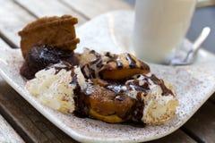 Stuk van de cake van het chocoladepond met donkere chocolade die, Koffie berijpen Stock Foto