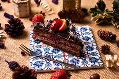 Stuk van de eigengemaakte cake van de Kerstmischocolade Stock Fotografie