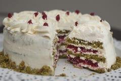 Stuk van de Kleurrijke Cake van Matcha Strawbery met witte room en Groene Thee, op Zwarte Plaat Uniek Eigengemaakt Cakerecept stock fotografie