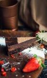 Stuk van donkere chocoladecake met aardbei De restaurant of koffieatmosfeer retro wijnoogst Royalty-vrije Stock Afbeelding