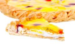 Stuk van eigengemaakte fruitpizza met stukken van mensheid Royalty-vrije Stock Foto's