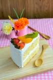 Stuk van fruitcake met kiwi, aardbei en sinaasappel Stock Afbeeldingen