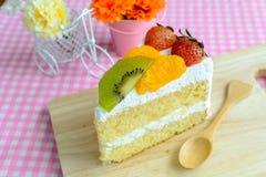 Stuk van fruitcake met kiwi, aardbei en sinaasappel Stock Afbeelding