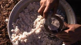 Stuk van gekristalliseerd zout van gekookt zoutwater De vormhulp weegt een bepaalde hoeveelheid zout royalty-vrije stock foto's