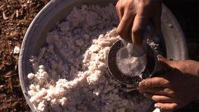 Stuk van gekristalliseerd zout van gekookt zoutwater De vormhulp weegt een bepaalde hoeveelheid zout royalty-vrije stock fotografie