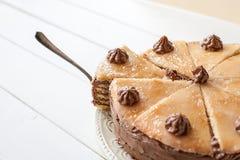 Stuk van gelaagde cake (de Hongaarse cake van Dobosh) royalty-vrije stock foto